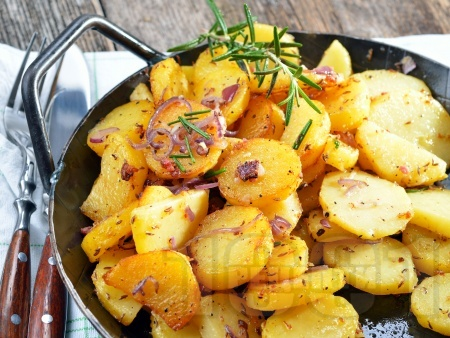 Задушени картофи с чесън, зехтин и подправки - снимка на рецептата